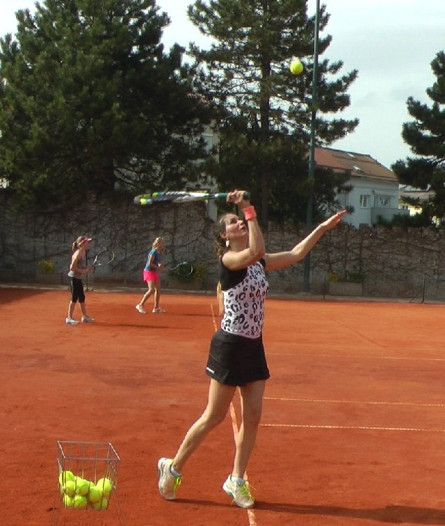 a beginner tennis serve